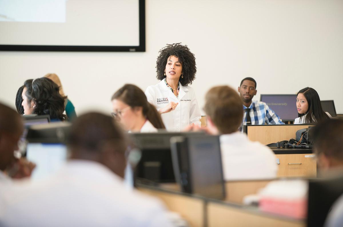 PharmD professor observes her students in computer lab